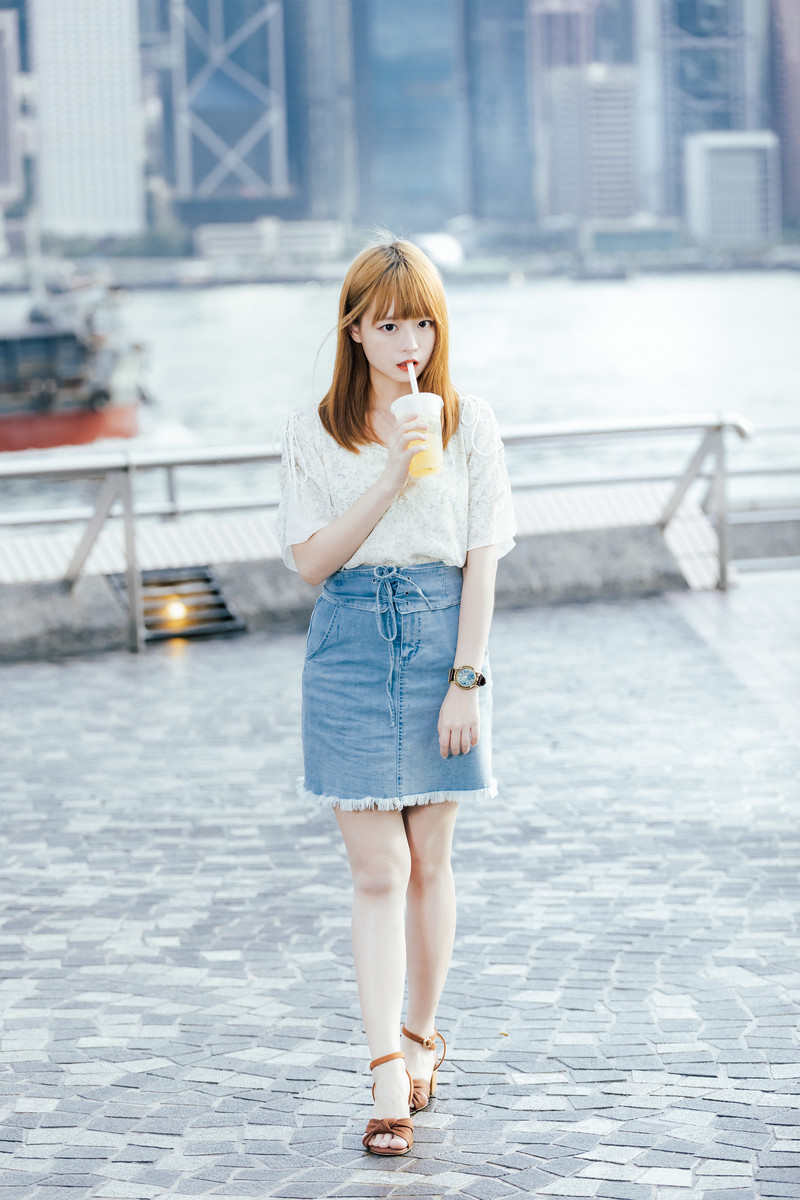 「ジュースを飲みながらお散歩女子」の写真[モデル:まめち]