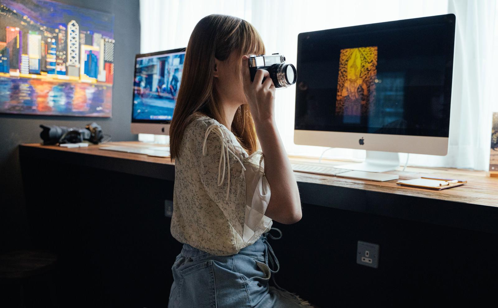 「コワーキングスペースでカメラ女子」の写真[モデル:まめち]