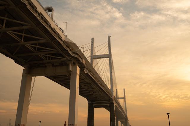 夕焼けと橋の写真