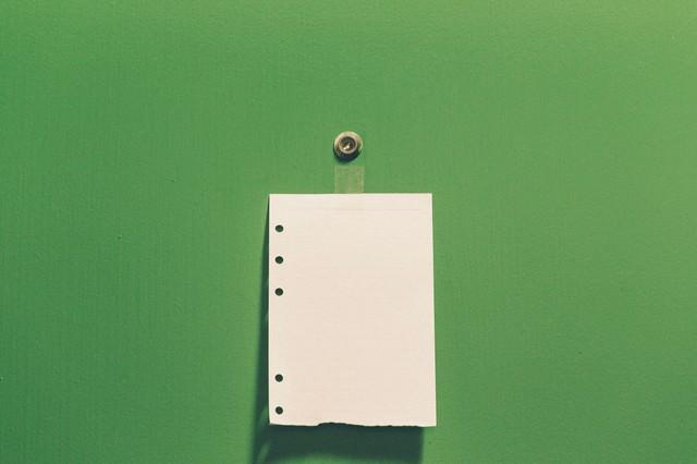 ドアの覗き穴とメモ(勧誘お断り)の写真