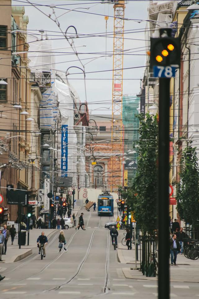 ノルウェーの街並みと電線の写真