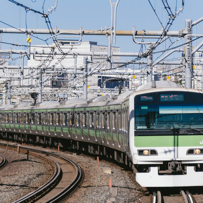 都心を走る緑の電車の写真