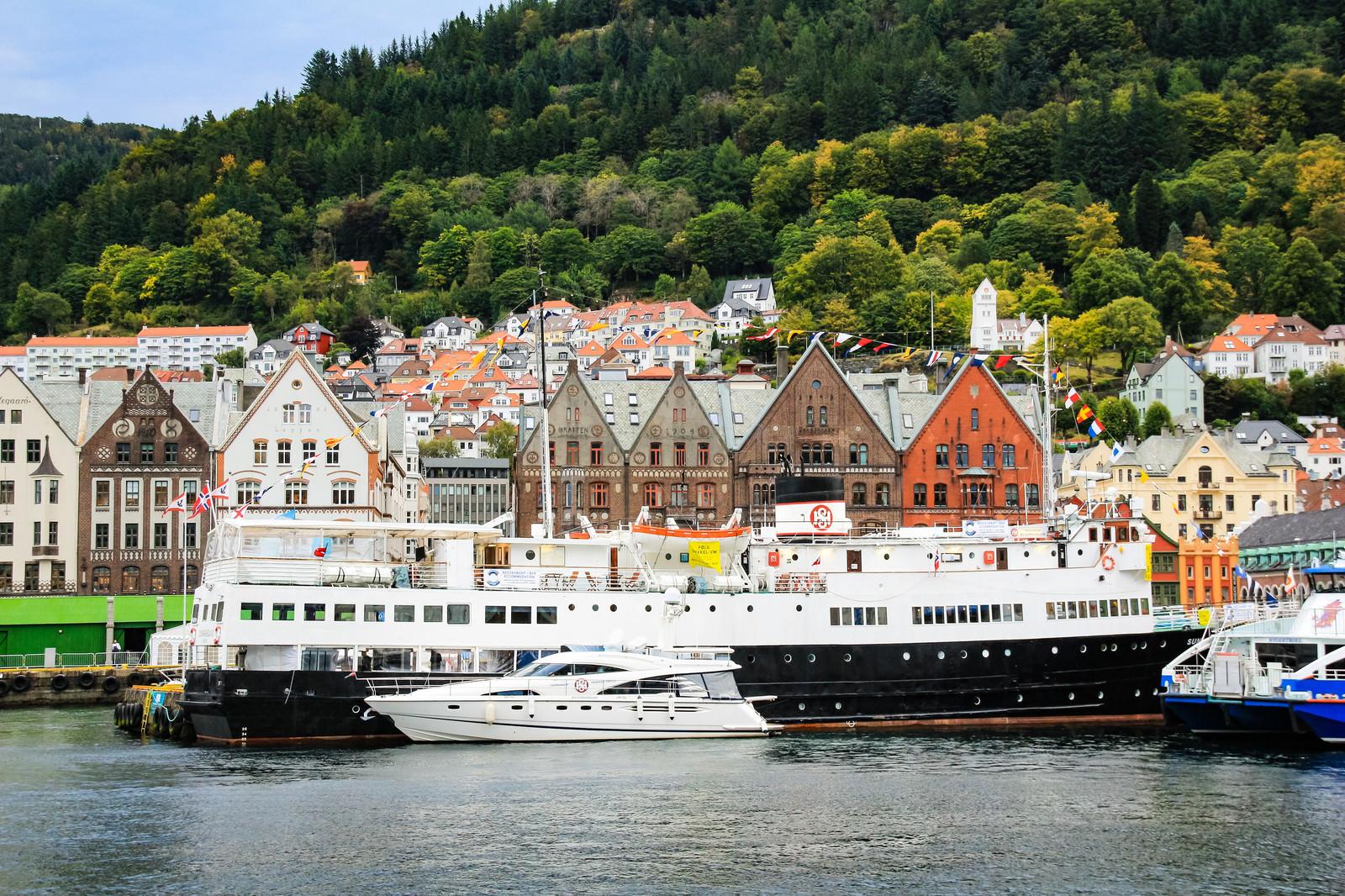 「停泊中のベルゲン沿岸急行船」の写真