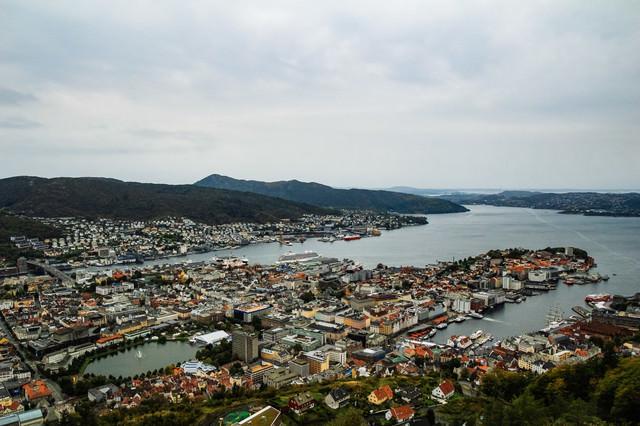 フロイエン山から一望するベルゲンの街並みの写真