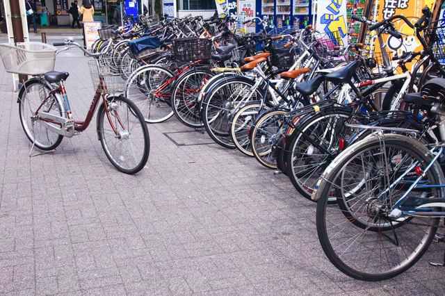 駅前の駐輪スペースとママチャリの写真