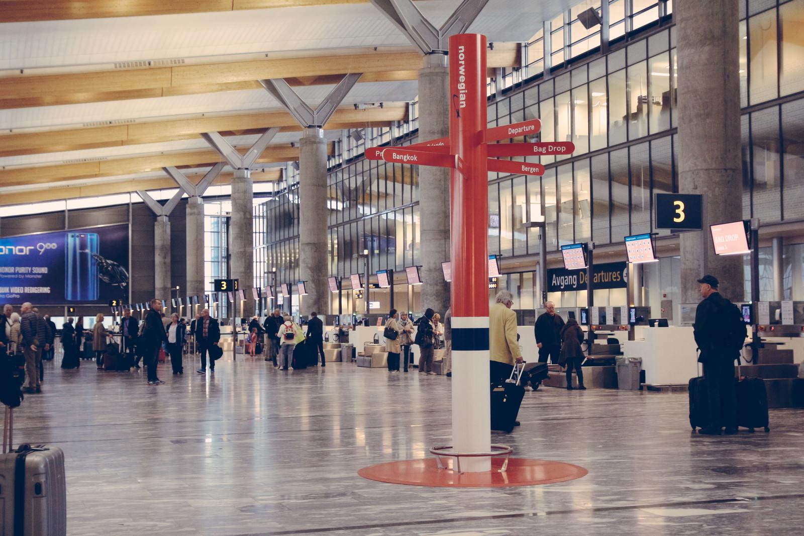 「オスロ空港の出発ロビー」の写真