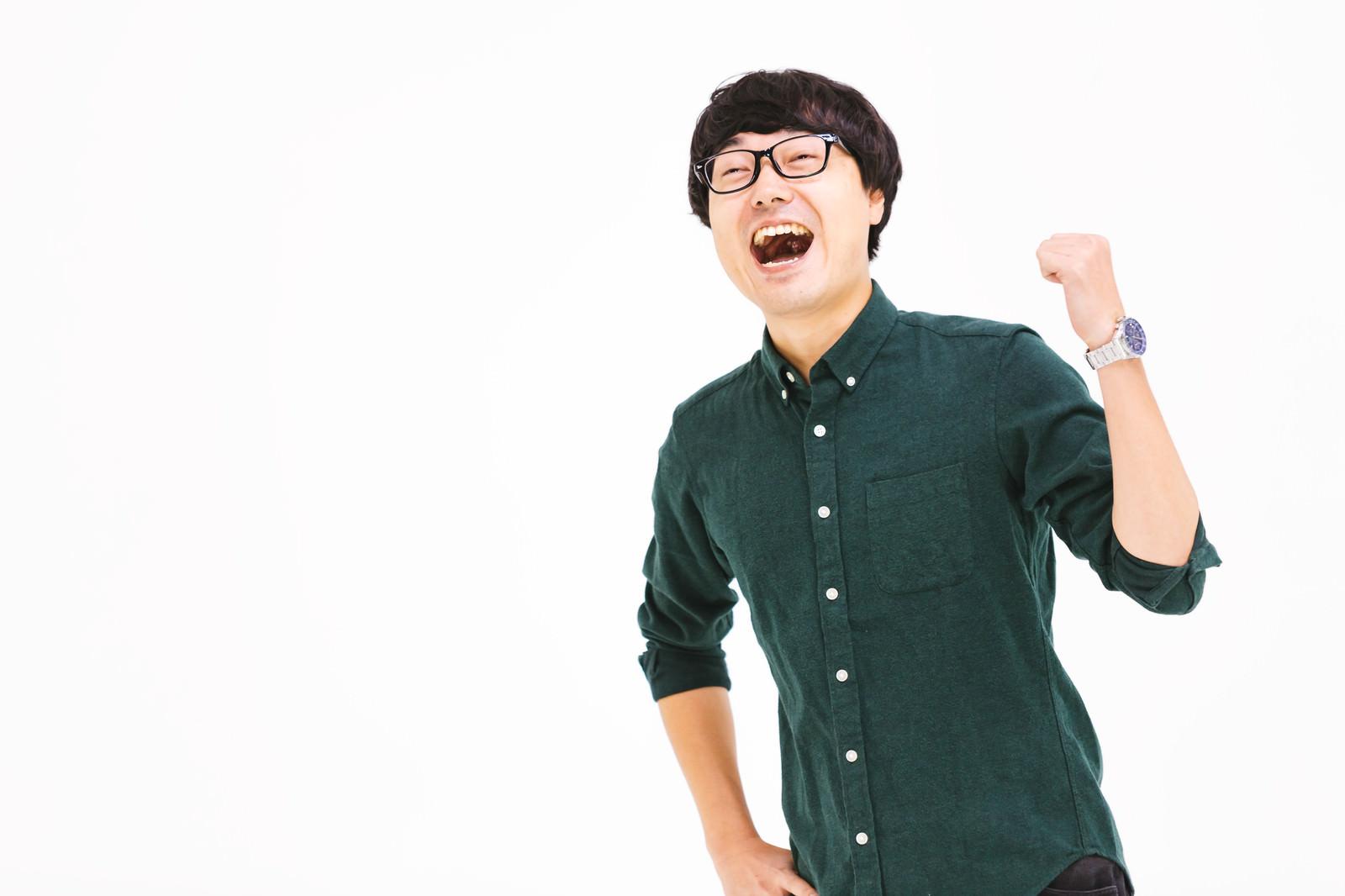 「ガッツポーズのメガネ男子」の写真[モデル:真崎真幸]