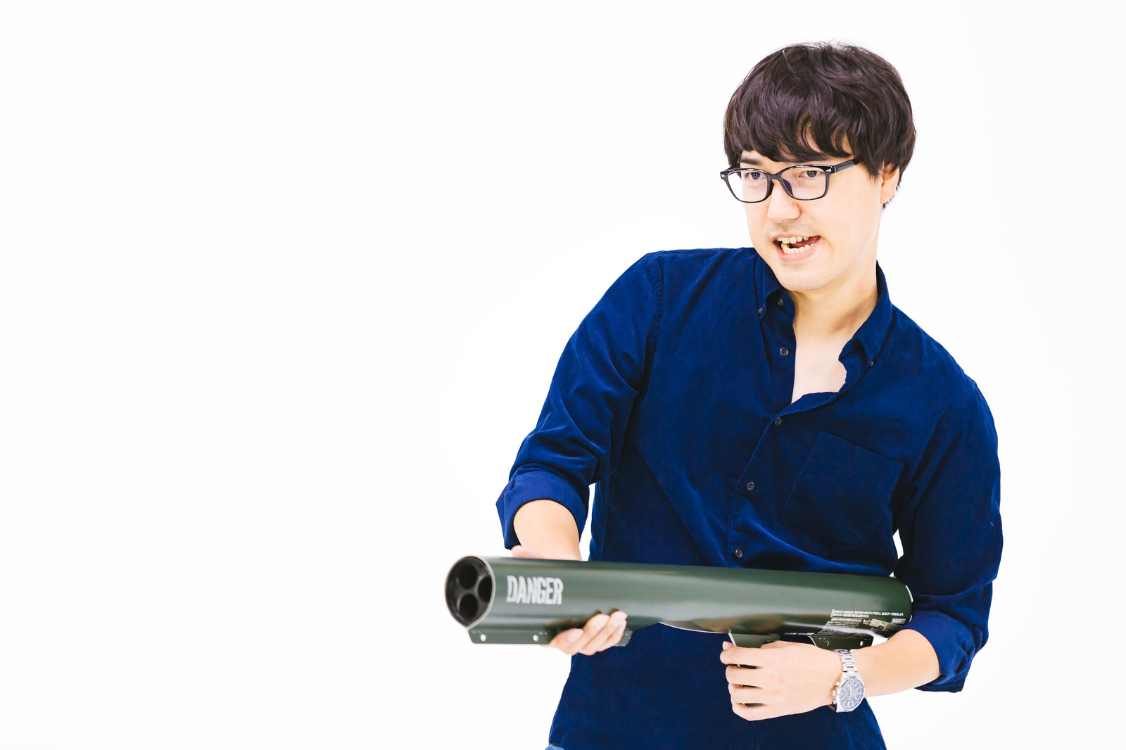 「バズーカ砲をぶっぱなすメガネ君」の写真[モデル:真崎真幸]