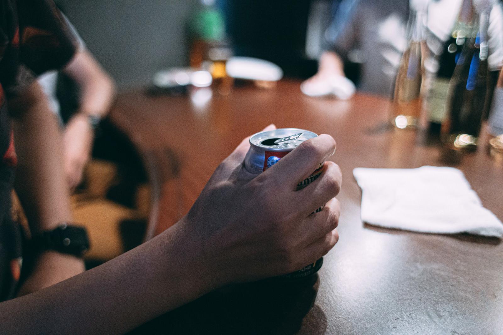 「缶を握りしめる手」の写真