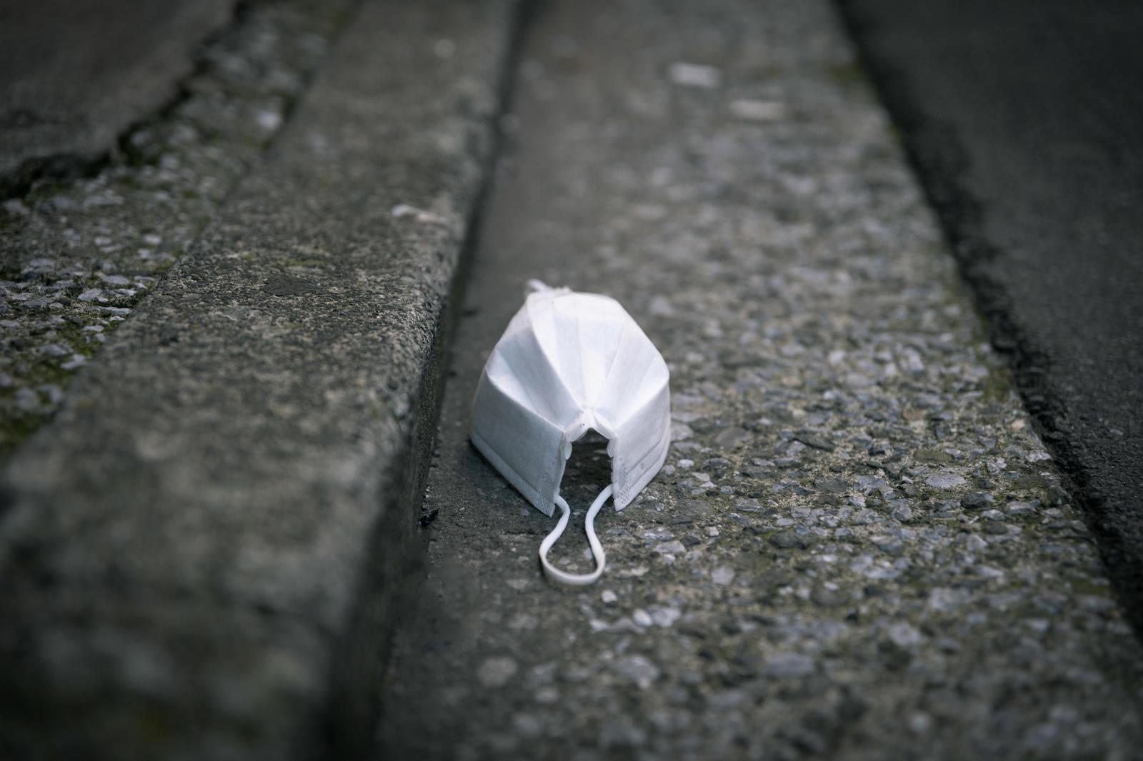 「道端に捨てられたマスク」の写真