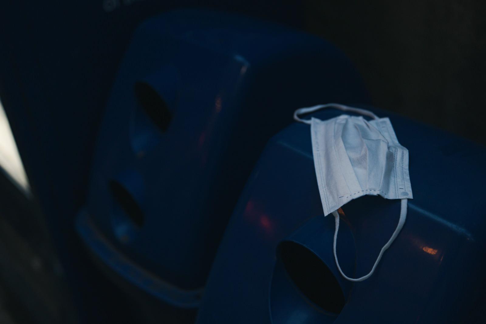 「空き缶用のゴミ箱にポイ捨てされたマスク」の写真