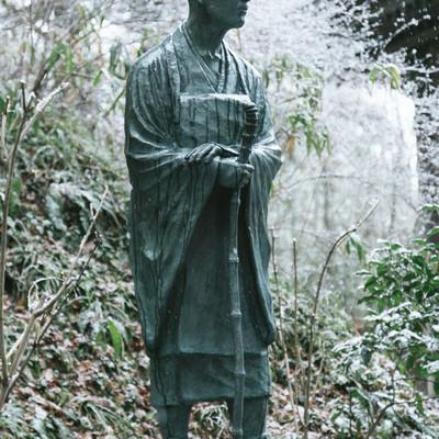 「雪をかぶった松尾芭蕉像(中尊寺)」の写真素材