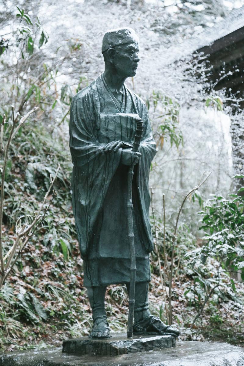 「雪をかぶった松尾芭蕉像(中尊寺)雪をかぶった松尾芭蕉像(中尊寺)」のフリー写真素材を拡大