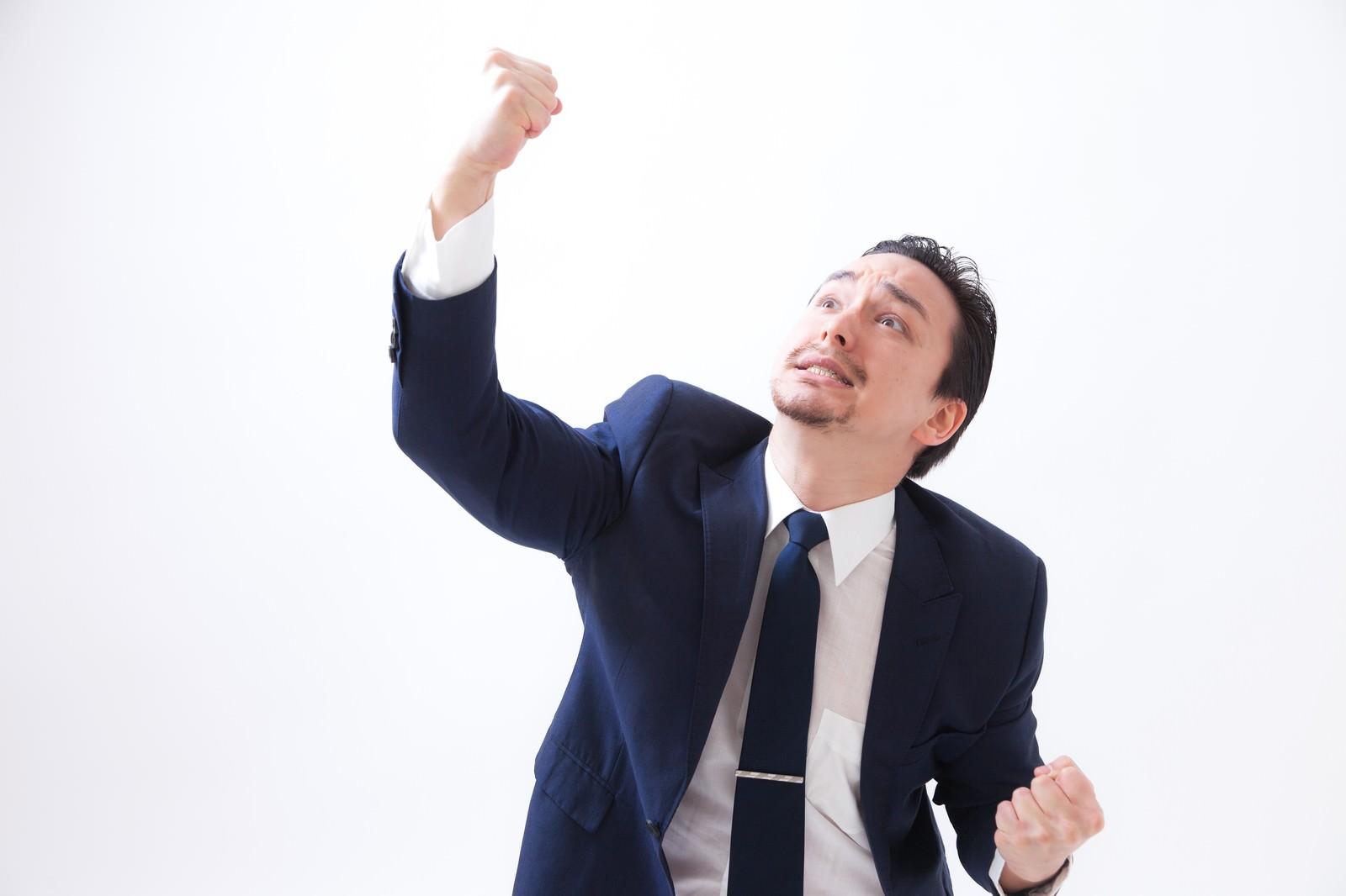 「天高く拳を突き上げるドイツ人ハーフ | 写真の無料素材・フリー素材 - ぱくたそ」の写真[モデル:Max_Ezaki]