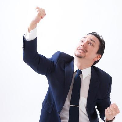 天高く拳を突き上げるドイツ人ハーフの写真