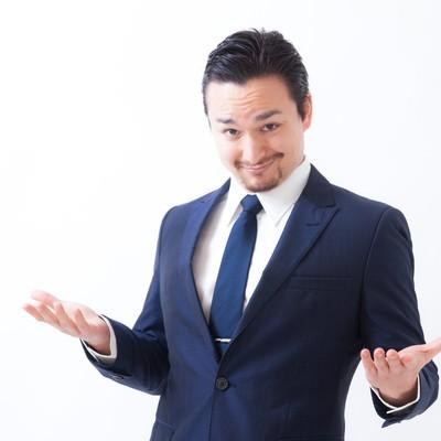 「まだ日本語で消耗しているの?と挑発的な外国人男性」の写真素材
