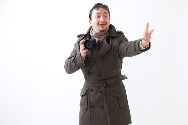 観光地でカメラを構える外国人観光客の写真