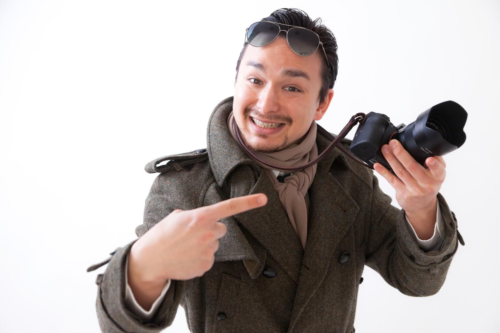 「カメラを持って浅草で観光していそうなドイツ人ハーフ」の写真[モデル:Max_Ezaki]