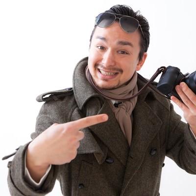 「カメラを持って浅草で観光していそうなドイツ人ハーフ」の写真素材