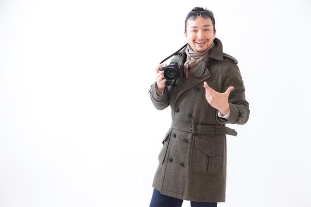 コートを着た外国人観光客の写真