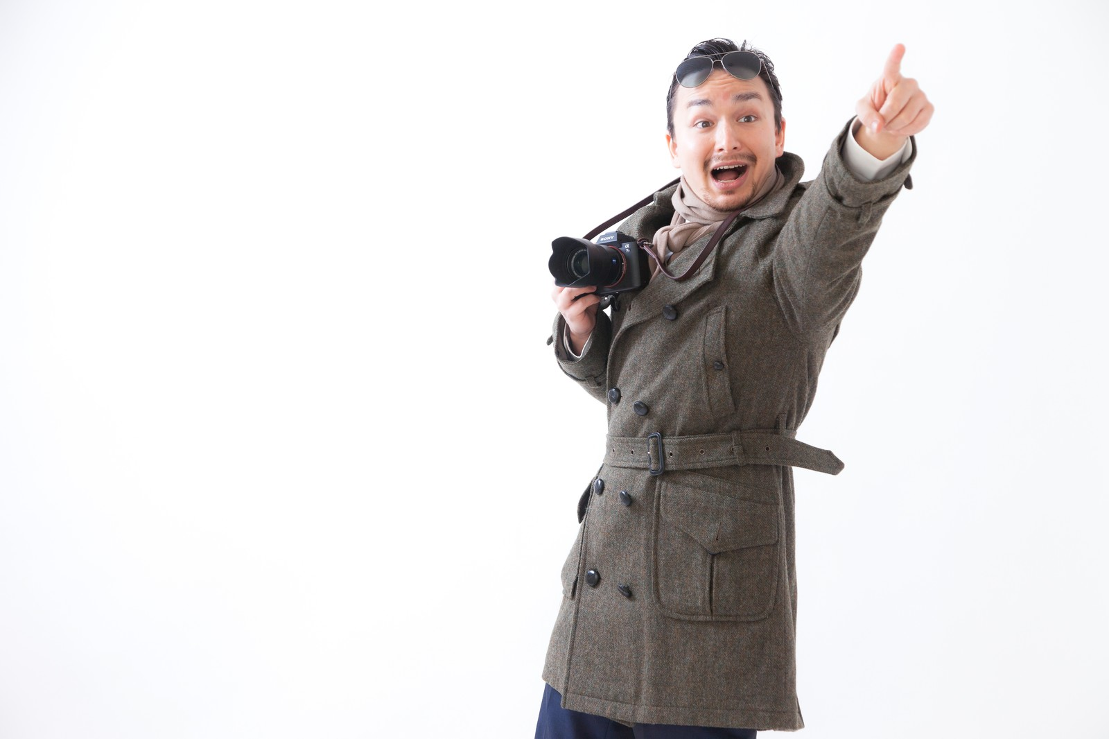 「ランドマークを見つけては指をさすドイツからの観光客   ぱくたそフリー素材」の写真[モデル:Max_Ezaki]