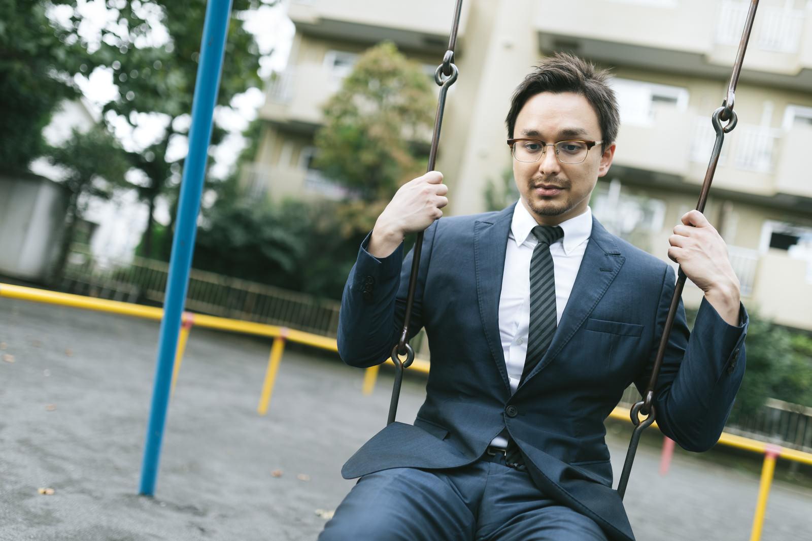 「リストラされたことを家族に言えず、公園で時間を潰すドイツ人ハーフ」の写真[モデル:Max_Ezaki]