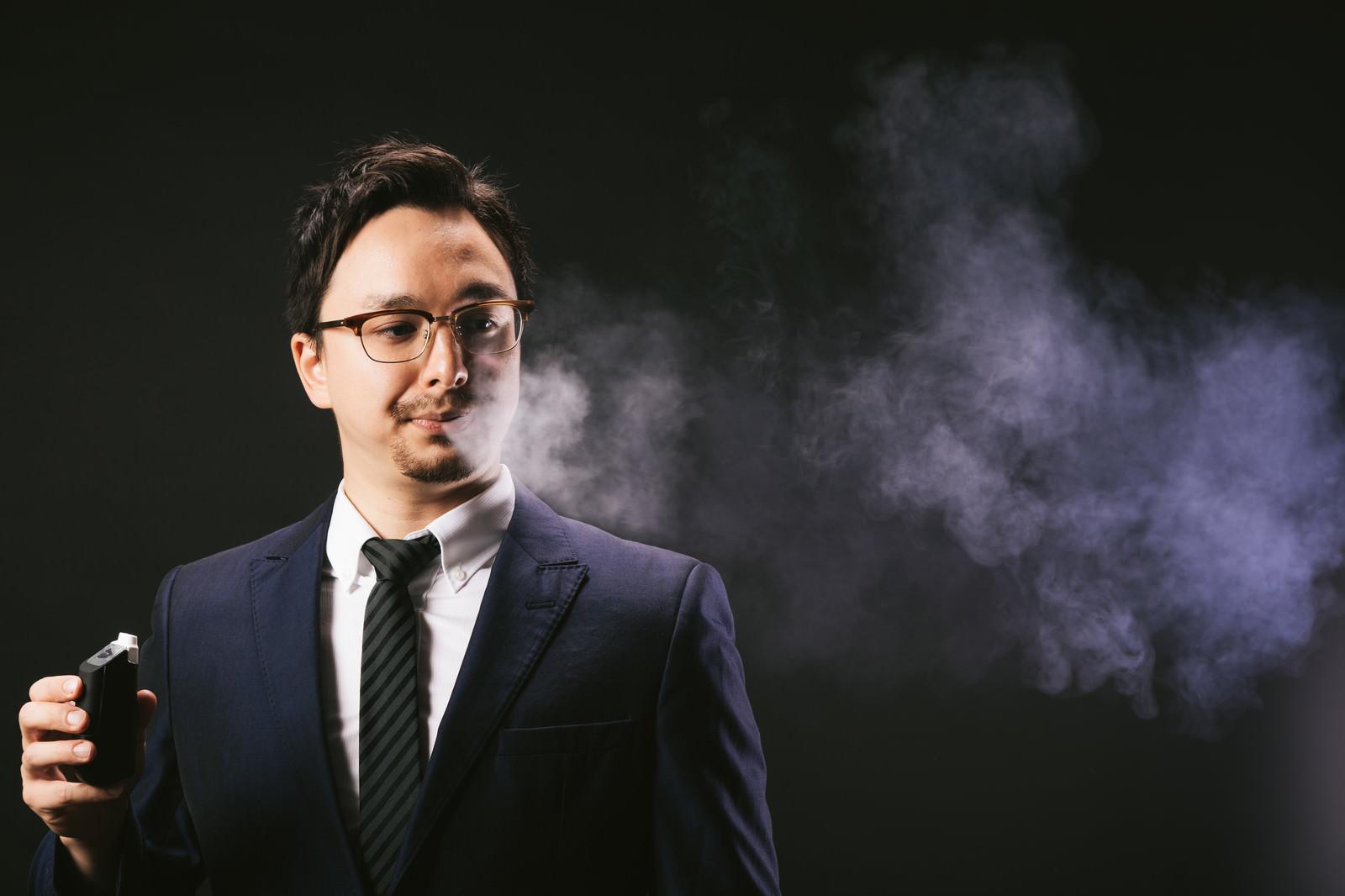 「電子タバコの煙ブファーするドイツ人ハーフ電子タバコの煙ブファーするドイツ人ハーフ」[モデル:Max_Ezaki]のフリー写真素材を拡大