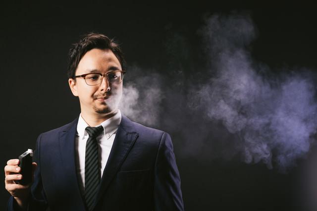 電子タバコの煙ブファーするドイツ人ハーフ