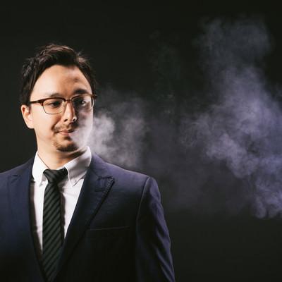電子タバコの煙ブファーするドイツ人ハーフの写真