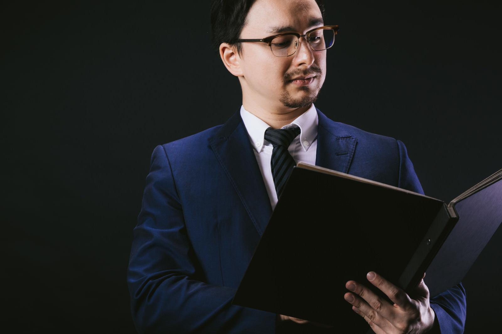 「GDPR施行に伴い規約変更を行うリーガル担当」の写真[モデル:Max_Ezaki]