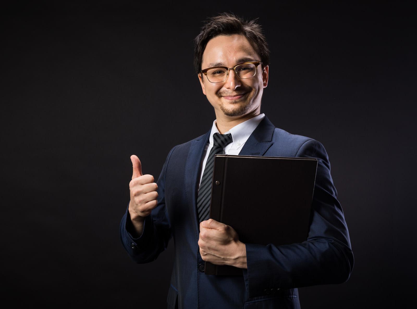「弊社はGDPR対応済みですと笑顔で応えるリーガルアドバイザー弊社はGDPR対応済みですと笑顔で応えるリーガルアドバイザー」[モデル:Max_Ezaki]のフリー写真素材を拡大
