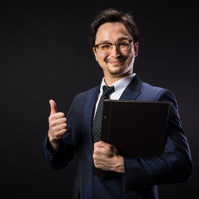 弊社はGDPR対応済みですと笑顔で応えるリーガルアドバイザーの写真