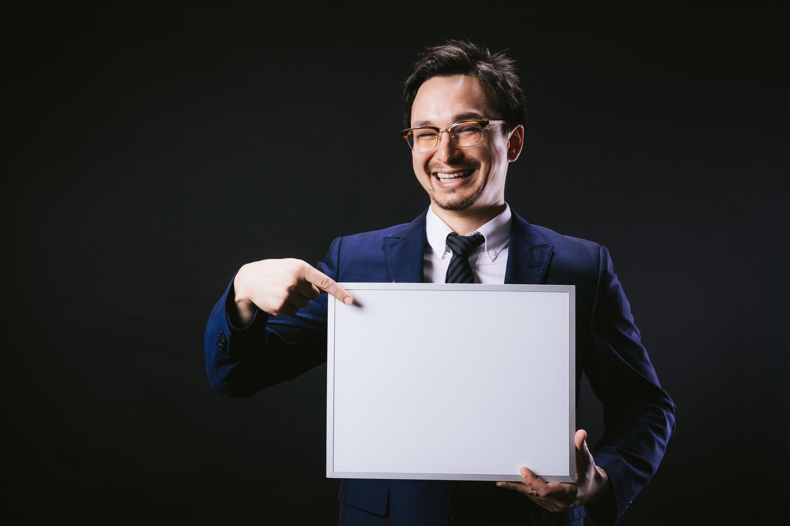「笑顔でフリップの内容を伝えるドイツ人ハーフ」の写真[モデル:Max_Ezaki]