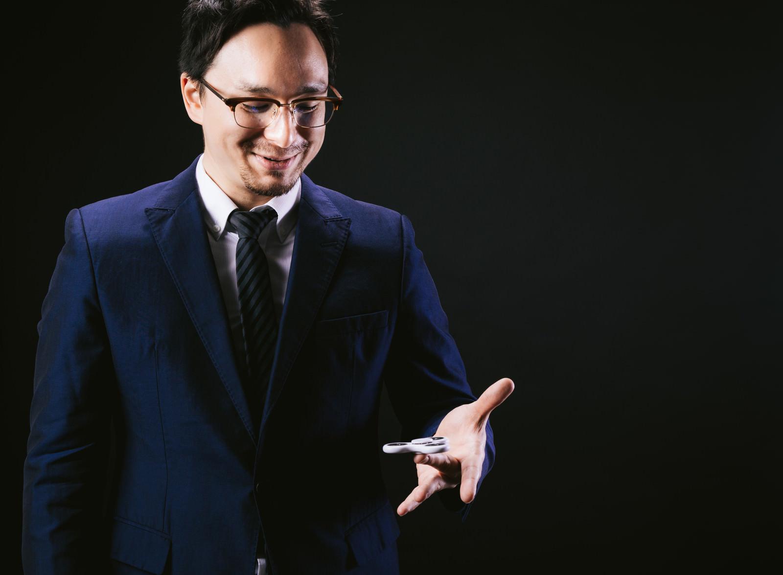 「手のひらで転がすをハンドスピナーで例える外資系手のひらで転がすをハンドスピナーで例える外資系」[モデル:Max_Ezaki]のフリー写真素材を拡大