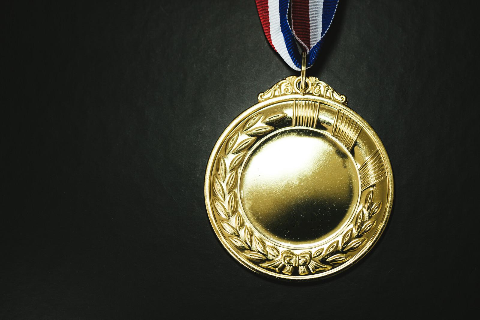 「最も優秀な成績を残した者に授与される金メダルと」の写真