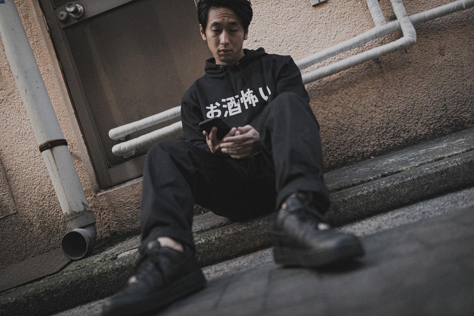 「いつの間にか路上で寝てる(お酒怖い)」の写真[モデル:大川竜弥]