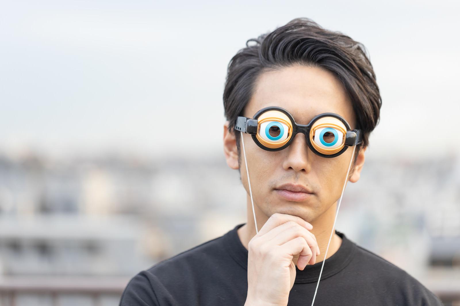 「目を見開いて考え込む男性」の写真[モデル:大川竜弥]