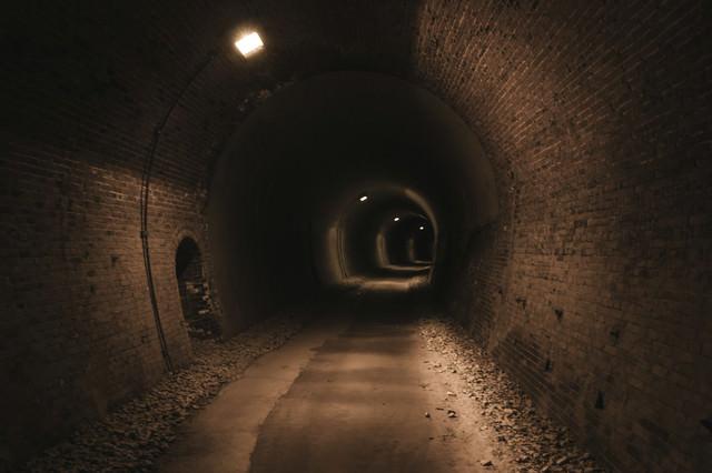 廃線トンネルを深く進むの写真