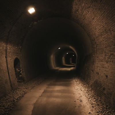 「廃線トンネルを深く進む」の写真素材