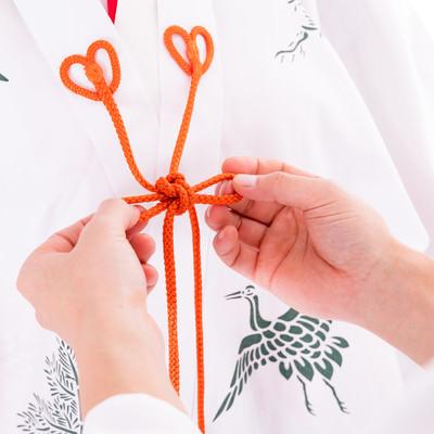 巫女装束「千早」を結ぶ手元の写真