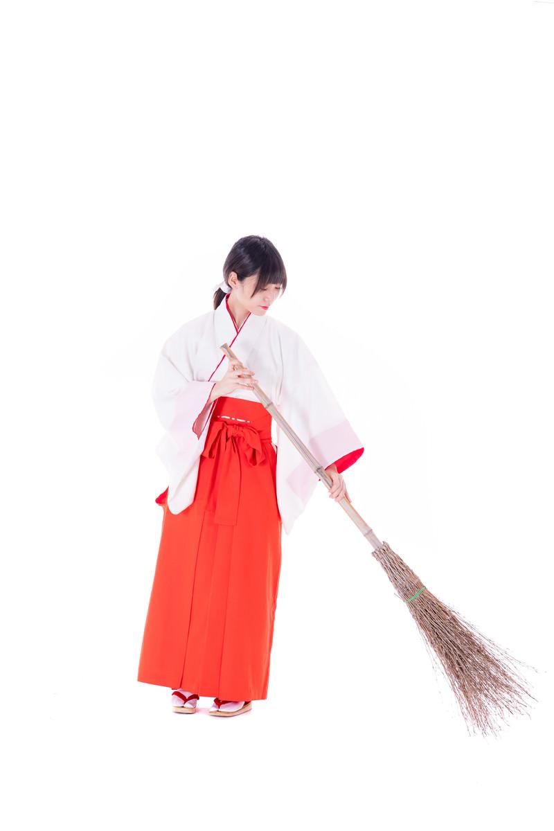 「竹ぼうきで隅々まで掃く巫女」の写真[モデル:緋真煉]