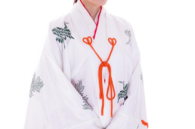 千早を羽織った様子(巫女装束)の写真