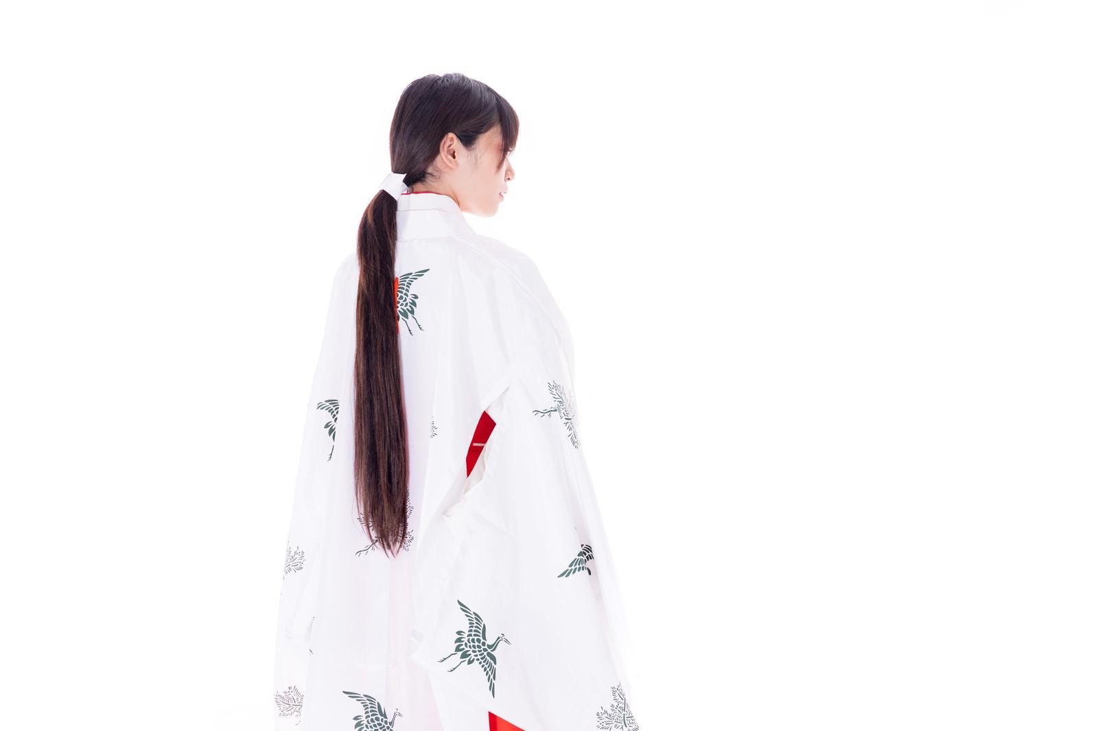 「「千早」を羽織った巫女の後ろ姿」の写真[モデル:緋真煉]