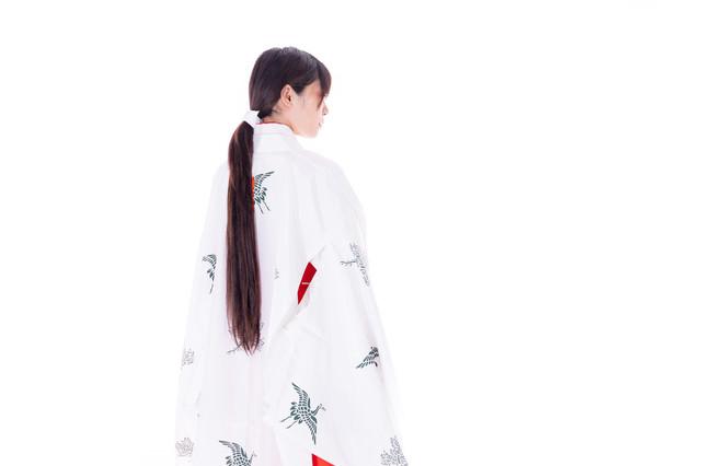 「千早」を羽織った巫女の後ろ姿の写真