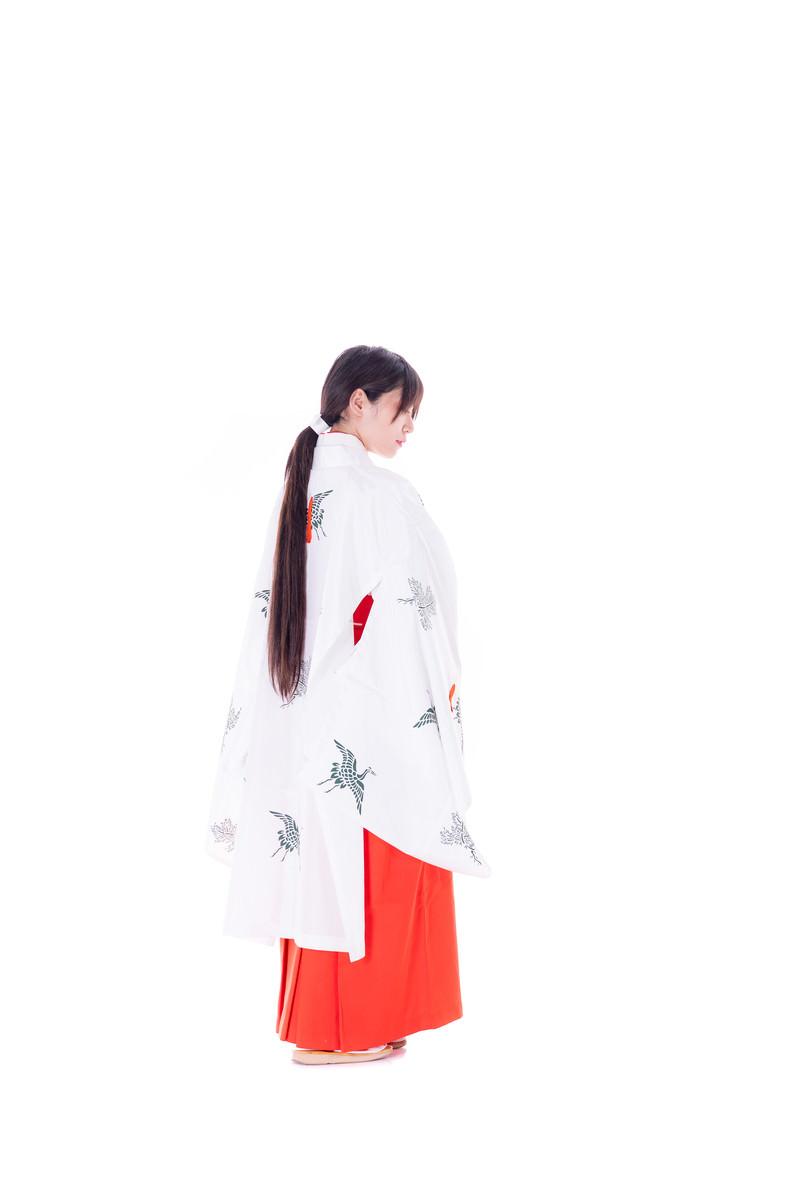 「巫女装束を着た女性」の写真[モデル:緋真煉]