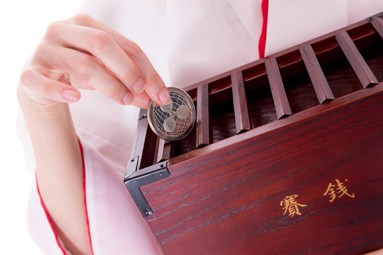 「仮想通貨(リップル)をお賽銭」の写真[モデル:緋真煉]