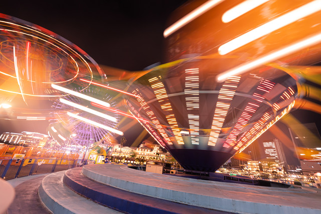 横浜コスモワールドのぐるぐる回るアトラクションの光跡の写真