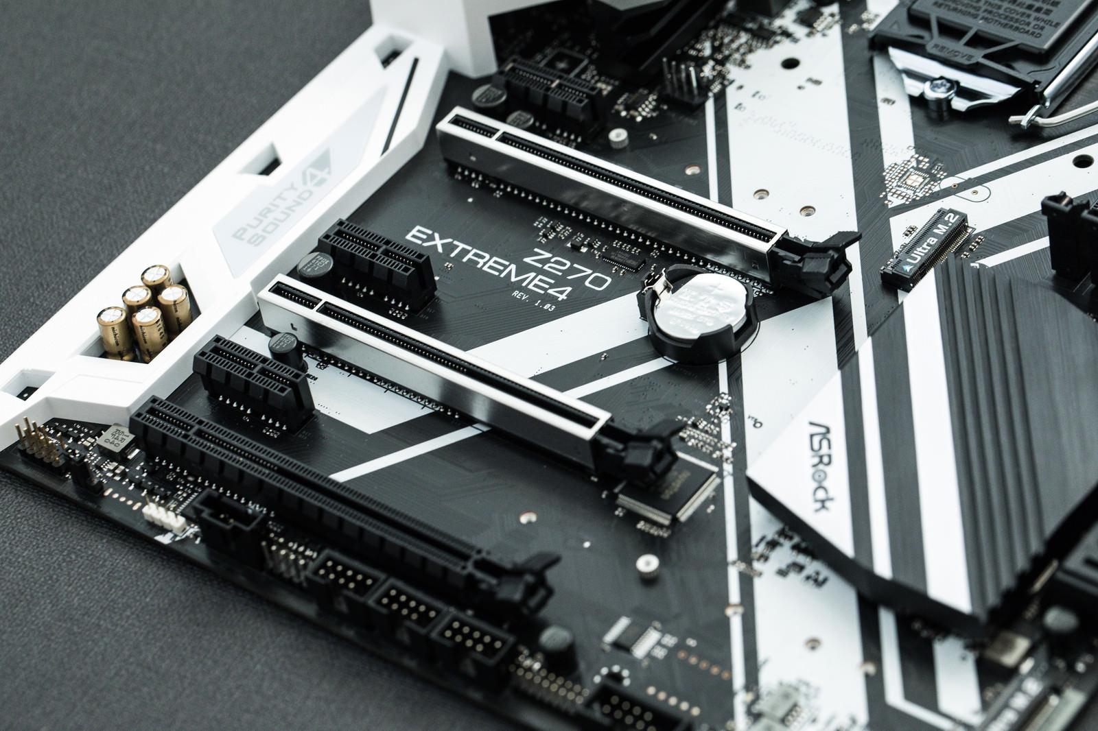 「PCI-expressスロットが6つあるマザーボード」の写真