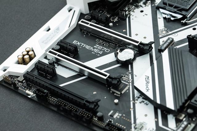 PCI-expressスロットが6つあるマザーボードの写真