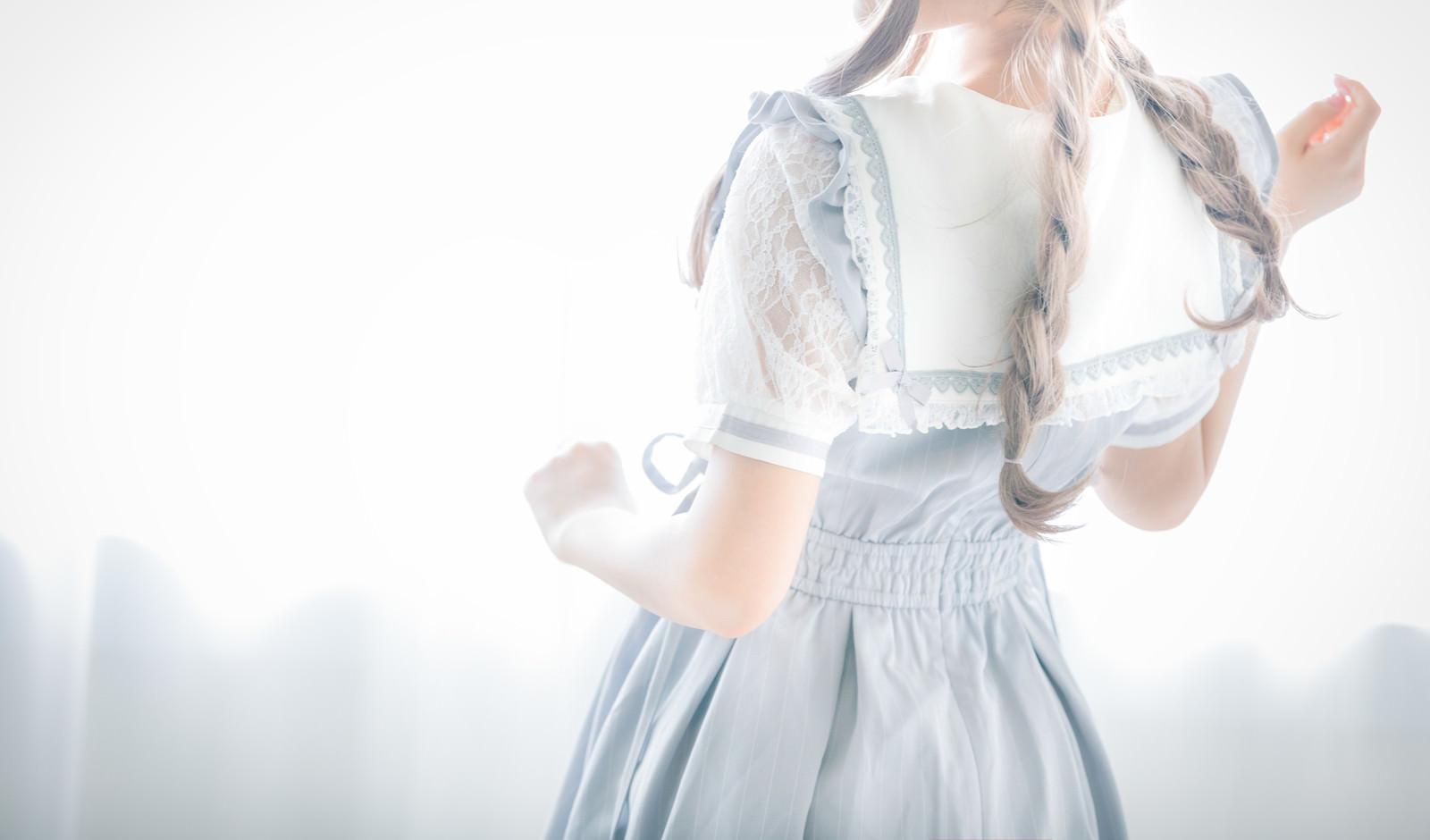 「三編み少女の後ろ姿」の写真[モデル:石投げて美奈代]